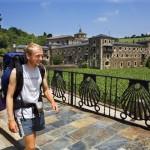Peregrinos fronte ao Mosteiro de Samos