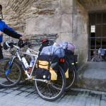 Peregrino con bicicleta xunto alberque de Samos